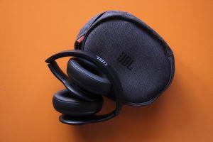 JBL Everest 700 mit praktischer Tragetasche zum schützen der Kopfhörer und verstauen der Kabel.