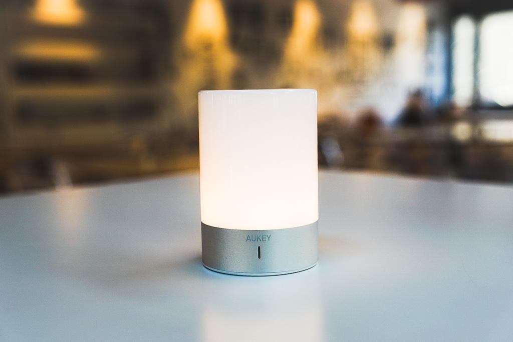 AUKEY Nachttischlampe, wiederaufladbare Tischlampe