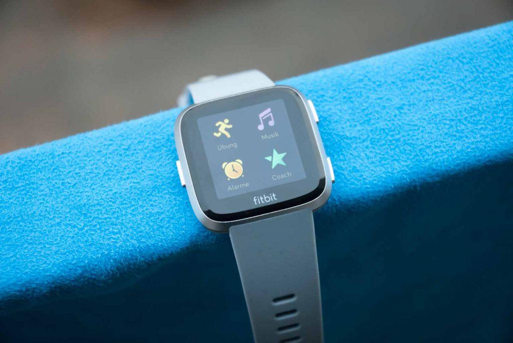 Auf der Fitbit Versa können Apps installiert werden.