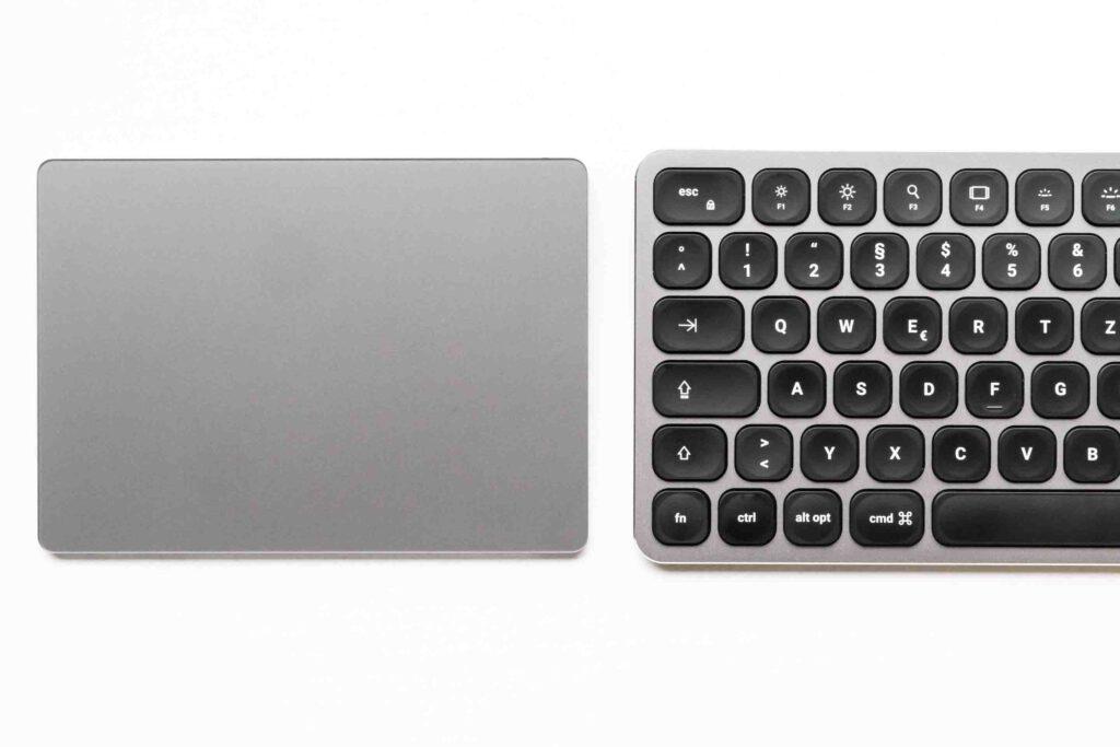 Vergleich zwischen Magic Trackpad 2 und der Tastatur von Satechi.